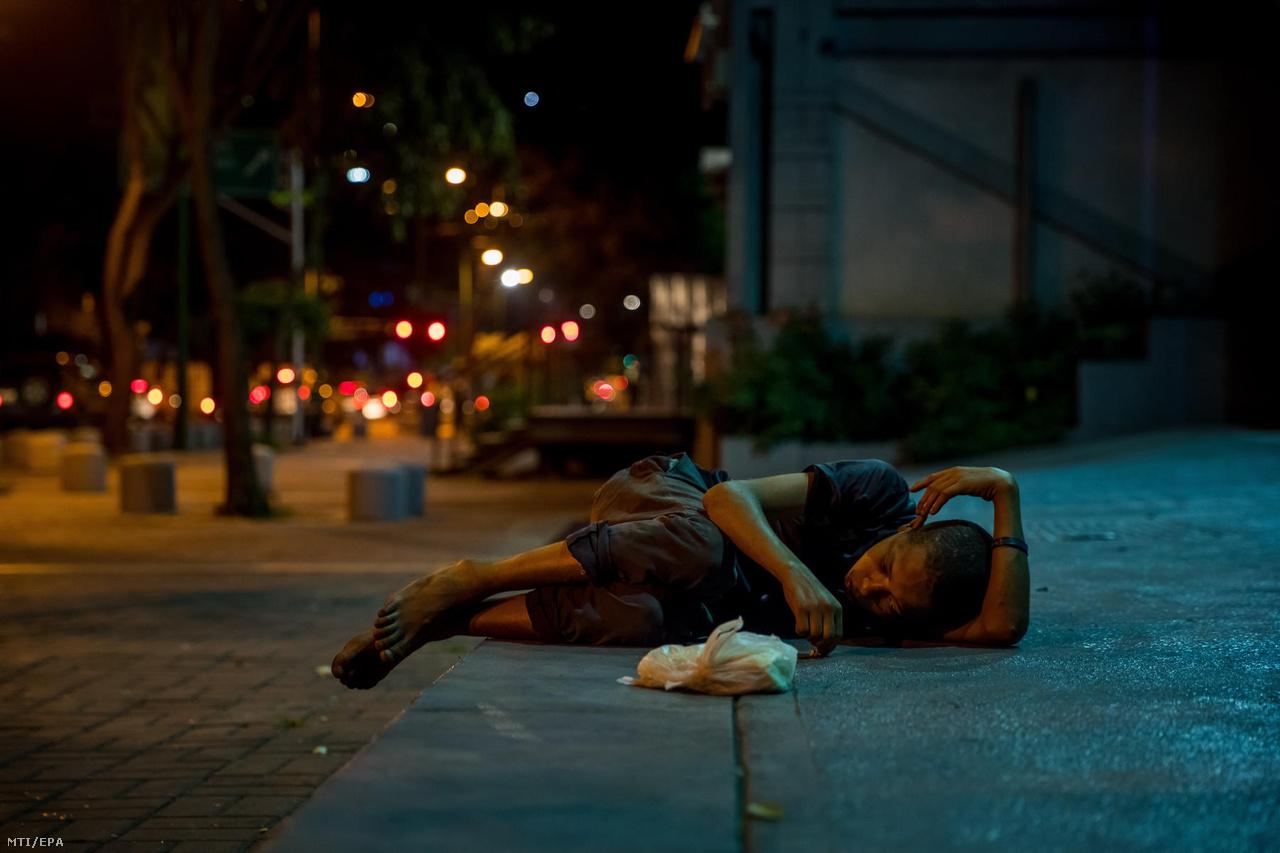 A 17 éves Joniel fekszik az utcán, miután kiütötte magát egy felturbózott füves cigitől (cripy). A fiatalok közül sokan használnak kábítószert. Egyikük azt mondta, hogy mivel ételt is kapnak a kéregetéskor, a pénzükből marijuanára is jut. Mások viszont az utcán nehezen elérhető gyógyszerek helyett nyúlnak ehhez, vagy egy boldo nevű növényt rágnak el, ami a fájdalomcsillapítóhoz hasonló hatással bír.