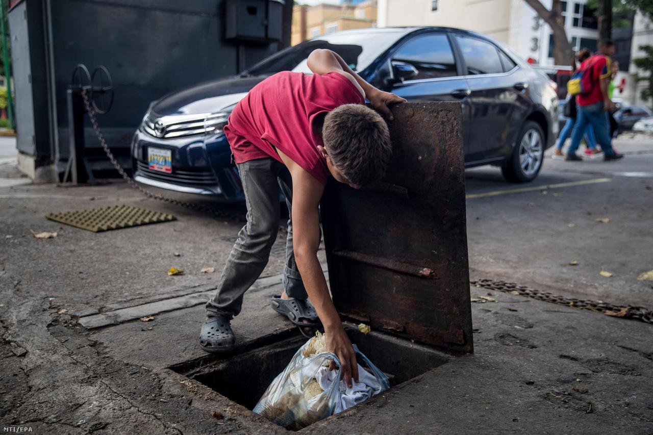 A 15 éves Edison egy ruhákkal teli zsákot rejt el egy szennyvízcsatorna fedele alá Caracas Las Mercedes városrészében. Az országban kialakult súlyos gazdasági válság alapjai még Hugo Chávez elnökségének idejére nyúlnak vissza. Chávez az 1999-es megválasztása után gyakorlatilag szétszórta az emberek között a könnyen elérhető olajbevételeket, közben viszont a gazdaság többi szektorát teljesen leépítette – így az export 96 százalékát az olaj adta. Venezuela az akkor még rekordon álló olajár ellenére elkezdett eladósodni, a költségvetési hiány elszállt, a szegénység újra növekedésnek indult. Chávez halála után addigi alelnöke, Nicolás Maduro 2013-ban került hatalomra, de alatta végleg megingott a fenntarthatatlan rendszer.