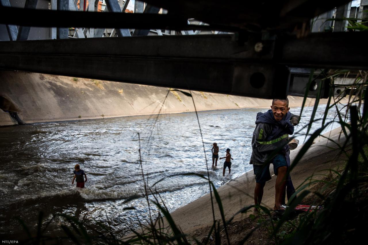 A 17 éves Joniel szalad a Guaire folyó egyik csatornája mellett, miközben más fiatalok a szennyezett vízben játszanak. A fiatalok felkeresik a tiszta vízű forrásokat is a város környékén, de sokszor az ilyen mocskos vízfolyásokban, patakokban mosakodnak meg.