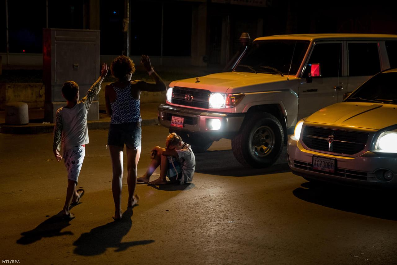 Az úton ülő Rafael segítségére sietnek emberek miután a tizennégy éves utcagyereket elütötte egy autó Caracasban. A fiatalok gyakran az autók között is kéregetnek, ütögetve a motorháztetőket.