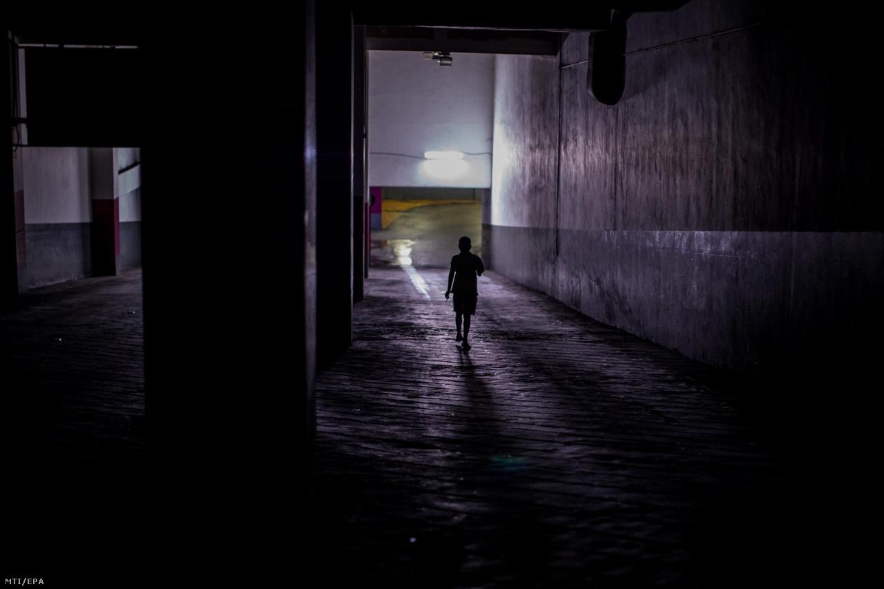 """Barátait keresi egy utcagyerek egy caracasi bevásárlóközpont mélygarázsában. Az egyik fiú előnyként említette, hogy nincsenek felnőttek, nincsenek főnökeik, azt csinálhatnak, amit akarnak. """"Ha felnövök, tűzoltó akarok lenni, hogy embereket menthessek, mert engem eddig még senki sem mentett meg"""" – mondta a 12 éves Daninyer."""