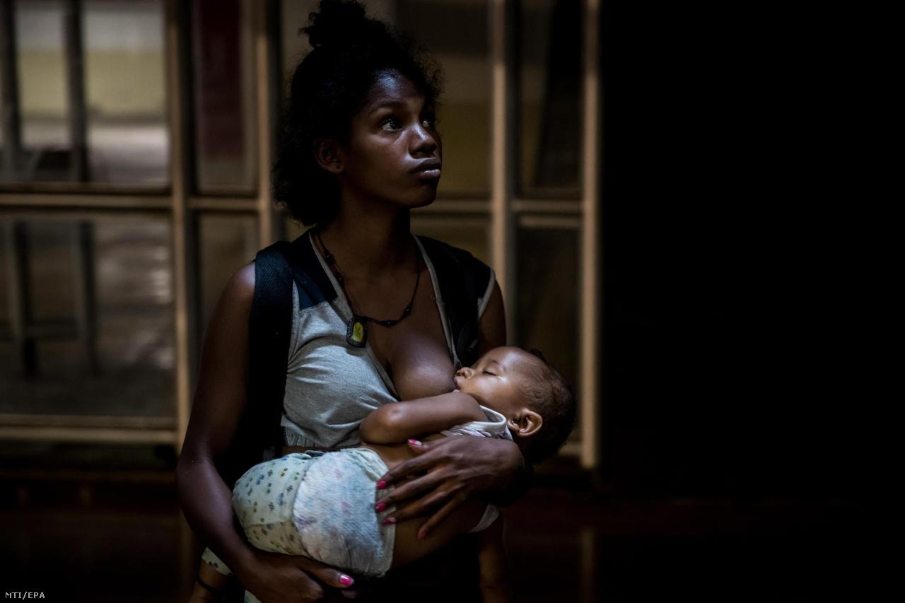 A hajléktalan anya gyermekét szoptatja egy caracasi bevásárlóközpont mélygarázsában, ahova a pláza biztonsági őrei elől bújt el. A fiatal nõ a gyerek születése óta hajléktalanszállón tölti az éjszakákat.