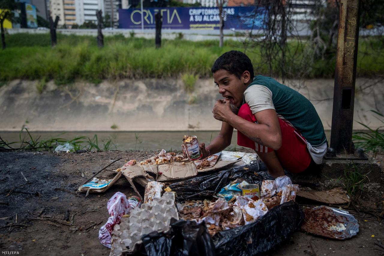 A 16 éves Jesus egy pékségből kidobott szemeteszsákokban talált ételmaradékot eszik. Azt mondta, hogy 12 éves kora óta él hajléktalanként Caracasban, azután jött el a Valencia-tó partján fekvő Maracay-ból, hogy az apját lelőtték. Ott anyjával és három testvérével élt, de nem volt elég étel. A fiatalok sokszor nem pénzt, hanem ételt kéregetnek, olyan is volt köztük, aki egy marék gyümölcsöt tartva mutatta a járókelőktől kapott reggelijét.