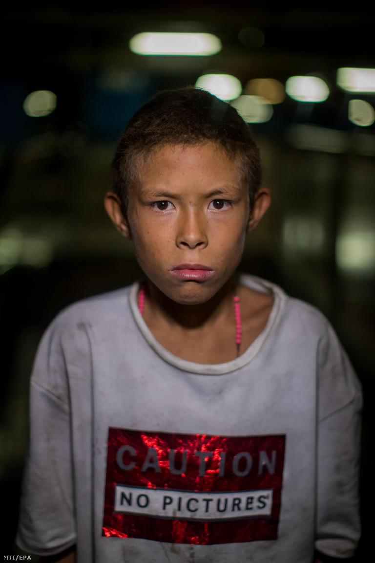 A 13 éves Eraldo hároméves korában került Caracasba. Csak egy osztályt végzett el az iskolában, ahonnan elküldték, miután megütött egy tanárt, aki állítása szerint elvette az ételét. Azt mondta, hogy a legjobb történésnek 2018-ból a tüntetéseket tartotta. Akkor összetört dolgokat, az embereket adtak nekik maszkokat, ételt, pénzt, ruhákat, cipőket. Aztán a rendőrök csaptak le rájuk, de nem sikerült elfogniuk őket. Ő is futballista akar lenni, az iskolában jól ment neki, de az utcán ellopták a labdáját, amíg aludt.