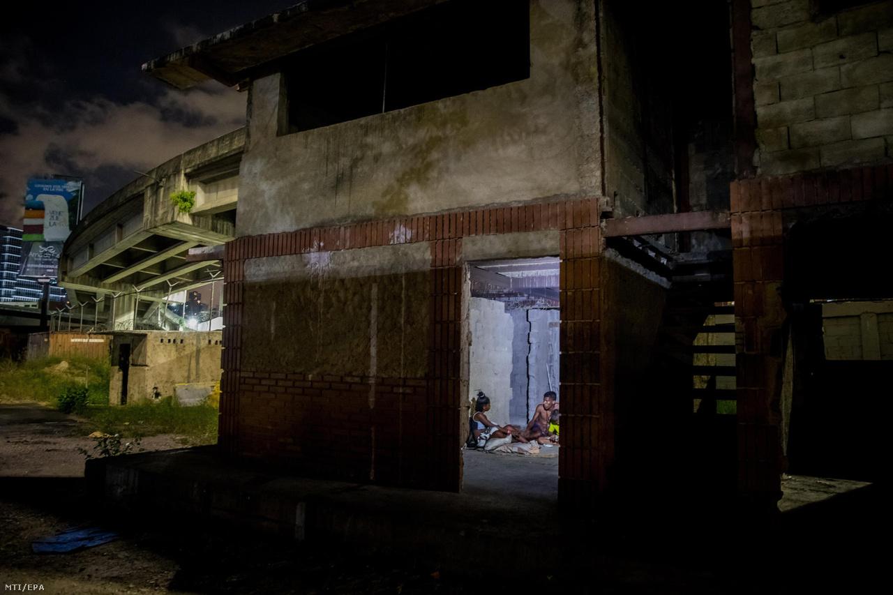 Fiatalok egy elhagyott épületben húzzák meg magukat Caracasban. Sokszor elhagyott épületekben, játszótereken húzzák meg magukat éjszakára. A kéregetés mellett egy bevett pénzkereseti módszerük, hogy a már értéktelen korábbi bolivárból hajtogatnak mindenféle dolgokat, vagy összegyűjtött műanyagdarabokból készítenek karkötőket, és ezeket árulják.