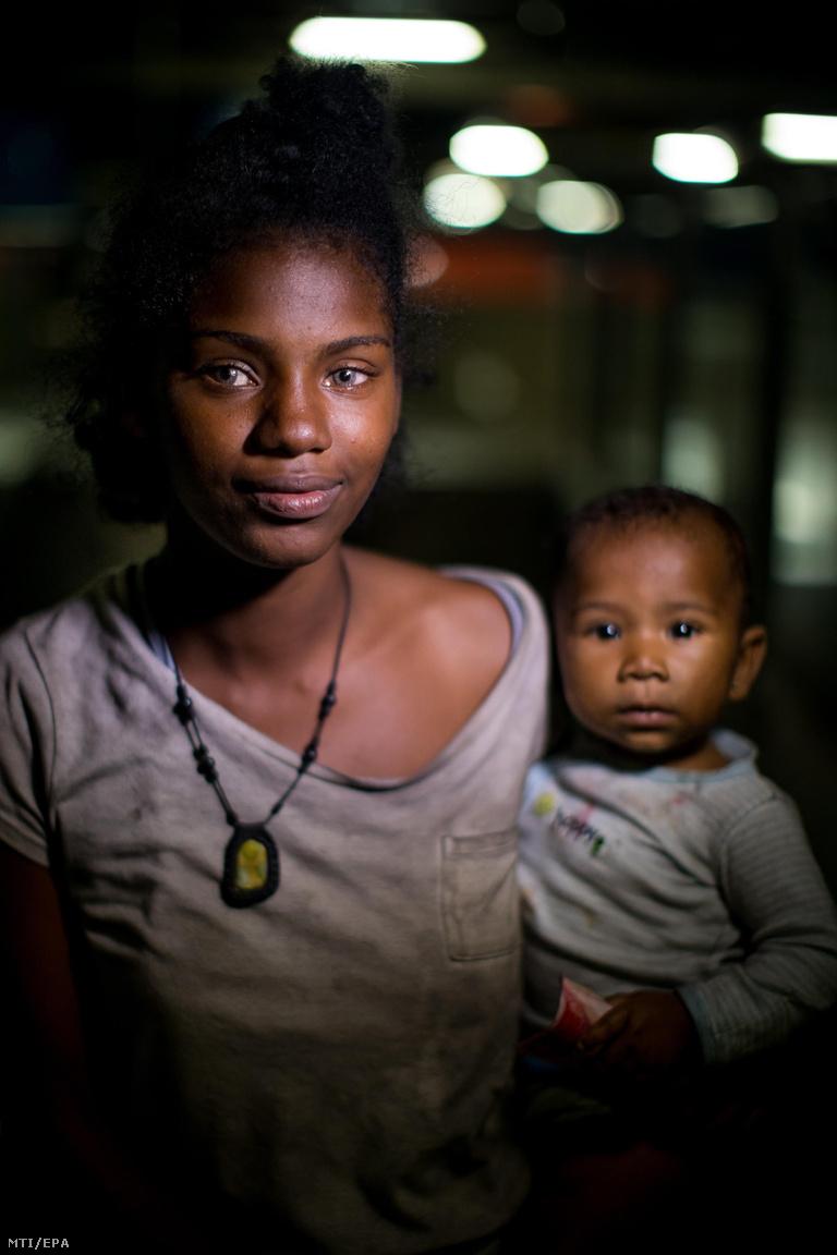 """A 19 éves Katiuska 15 éves kora óta él az utcán. Ott született a novemberben hathónapos kislánya, Neucari is. A családja egy másik városban él, ő az állandó otthoni veszekedés elől menekült Caracasba. """"Egy fontos dolgot tanulsz meg az utcán: senki sem barátja senkinek"""" – mondta."""