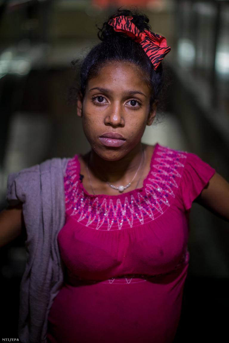 A 17 éves Lilianánt néhány nappal a szülése előtt fotózta le Gutiérrez. A lány 13 éves kora óta az utcán élt, ott találkozott Gabriellel is, aki a gyermekének az apja. Azt mondta, hogy többször is az életéért kellett futnia, és első terhessége alatt bandák közti összecsapásokban úgy megverték, hogy elvetélt. Viszont a környezetében élő fiatalokra úgy tekintett, mint a családjára. Ápoolta őket, amikor betegek voltak, megvédte őket, és egyfajta anyakép volt a kisebbeknek.