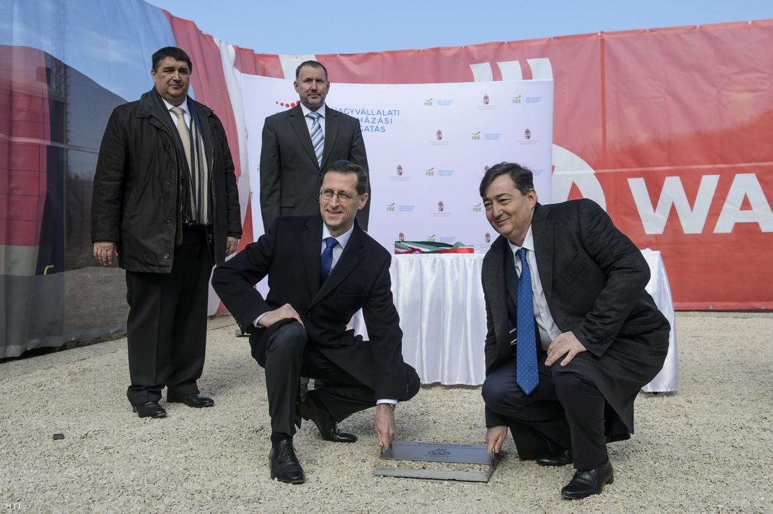 Varga Mihály nemzetgazdasági miniszter (j2), Mészáros Lőrinc, a Wamsler SE anyavállalata, az Opus Global Nyrt. többségi tulajdonosa (j), Becsó Zsolt, a térség fideszes országgyűlési képviselője (b) és Marczinkó Zoltán István vállalati kapcsolatokért felelős helyettes államtitkár (b2) a tűzhelyeket és kandallókat gyártó salgótarjáni cég új üzemcsarnokának alapkőletételén 2018. március 27-én. A kormány a nagyvállalati beruházási támogatási program keretében 1,8 milliárd forinttal segíti a Wamsler SE beruházását.