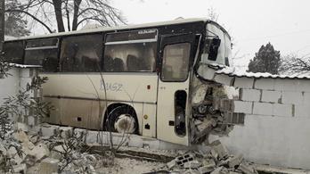 Kerítésnek ütközött egy busz Szentendrén