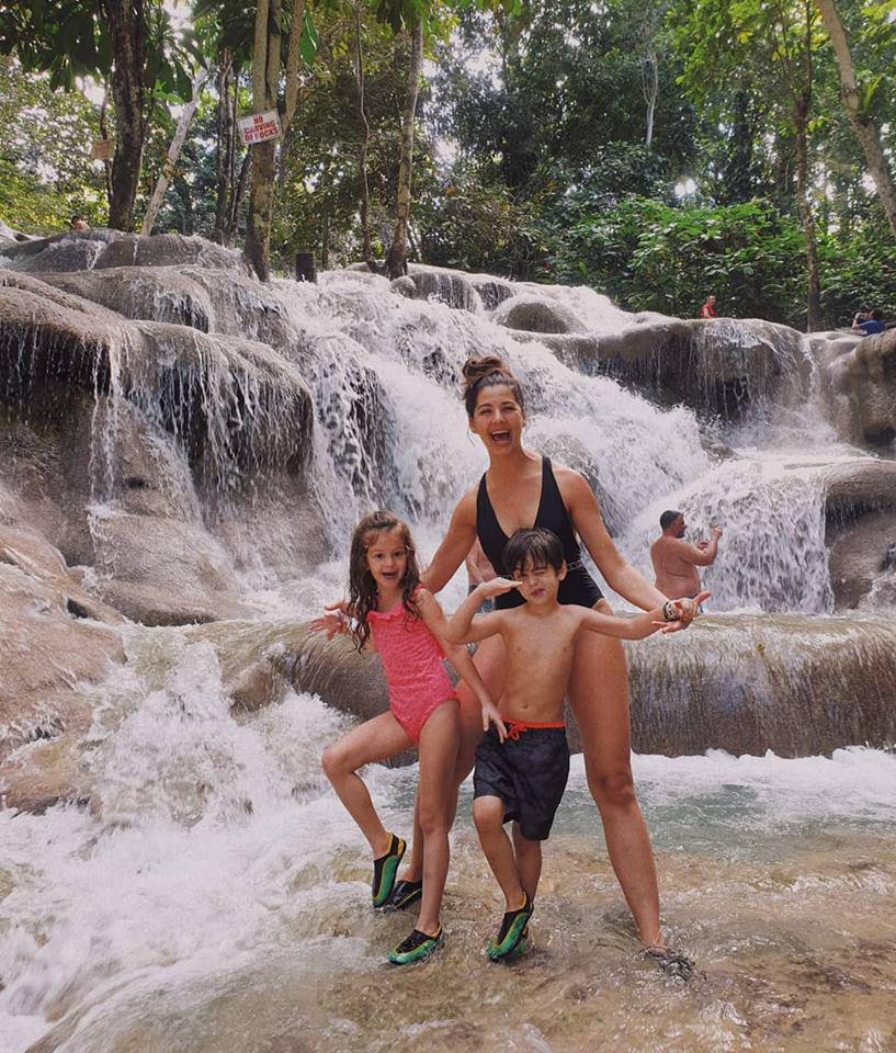 Ördög Nóra gyerekeivel Jamaica híres vízesésénél. Micinek nagyon megy a pózolás, de Venci sem marad el sokkal mögötte.