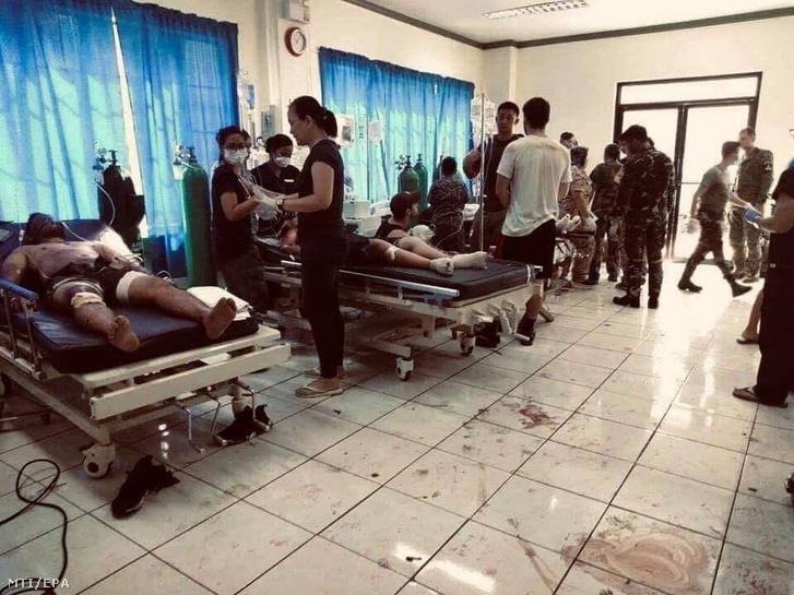 Sebesülteket ápolnak egy kórházban a Fülöp-szigeteki Sulu tartomány fővárosában, Jolóban 2019. január 27-én, miután pokolgép robbant a helyi katolikus templomban