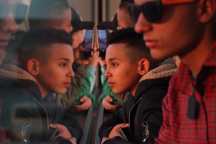 Társadalomábrázolás, dokumentarista fotográfia (sorozat) 1. díj (részlet a sorozatból)A remény útja,Ózd–Brüsszel retúr