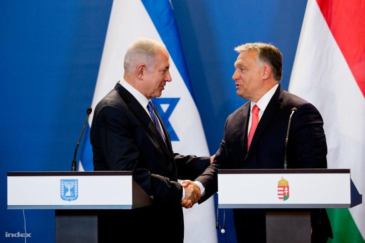 Benjamin Netanjáhu kezet fog Orbán Viktoral, Budapesten 2017. július 18-án