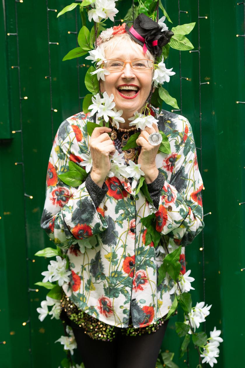 A 69 éves Su Pollard szinte mindig vidám. Igazi bohém nő a valóságban.