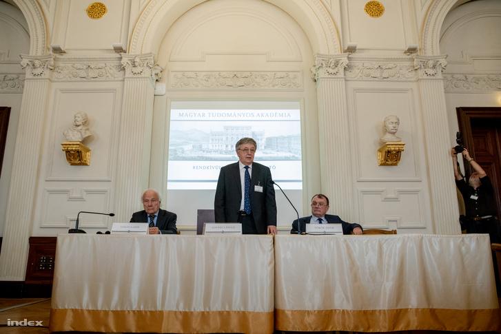 Balról-jobbra: Vékás Lajos, az MTA alelnöke, Lovász László, az MTA elnöke és Török Ádám, az MTA főtitkára a 2018. december 6-i budapesti sajtótájékoztatón