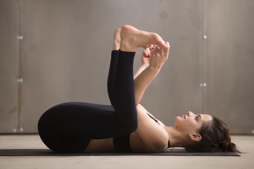 A boldog baba póz hatékony stresszoldó, csípőnyitó mozdulat. Ehhez hanyatt fekve húzd fel a hasadhoz a lábadat, majd fogd meg a lábujjaidat vagy a külső talpélt, és húzd kissé magad felé!
