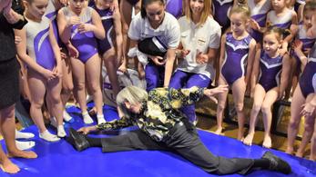 Spárgával nyűgözte le a gyerekeket 98 éves olimpiai bajnokunk