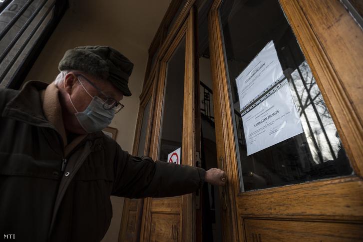 Látogatási tilalomról szóló tájékoztató a budapesti Semmelweis Egyetem I. Sz. Belgyógyászati Klinikájának bejáratában 2019. január 15-én.