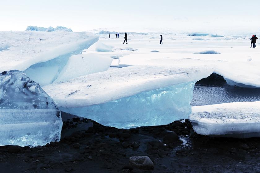 A Jökulsárlón-gleccser Izlandon, a Vatnajökull Nemzeti Parkban fantasztikus látványt nyújt. Nem hiába nevezik Gyémánt-partnak a hatalmas jégtáblákkal tarkított tájat.