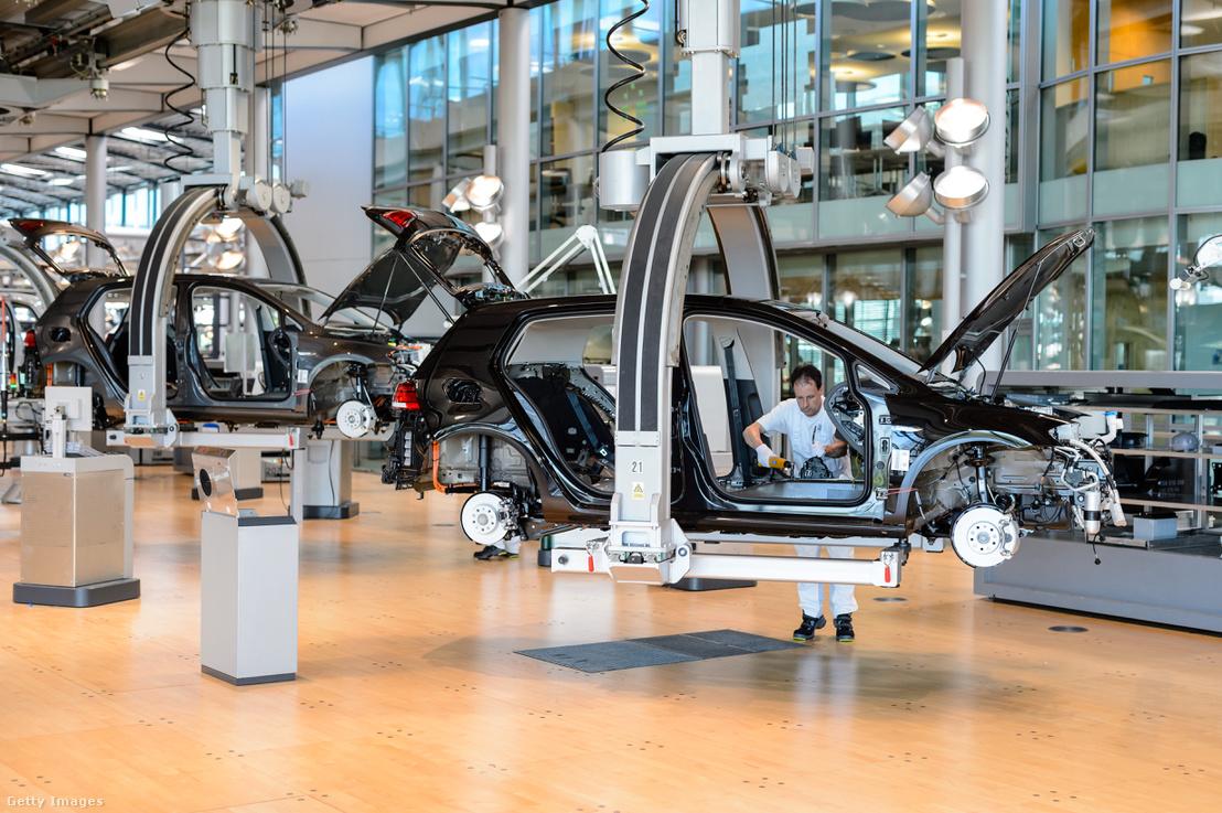 Munkás a Volkswagen drezdai autógyárában