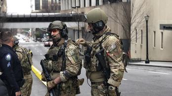 Hadseregbe illő rendőrök őrzik a Super Bowl-csapatokat