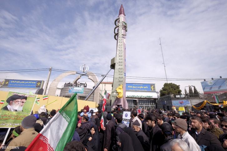 Az iráni gyártású Emad-rakéta Teheránban 2016 februárjában
