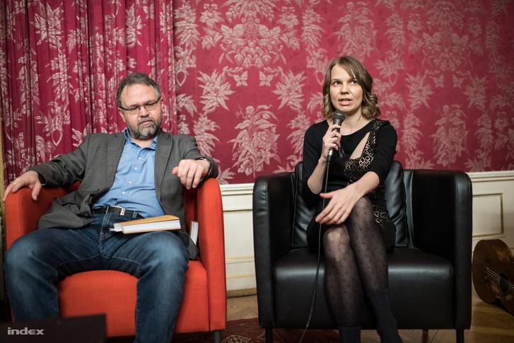 Szilágyi Márton irodalomtörténész, a könyv lektora és a verseket sajtó alá rendező Gyimesi Emese a könyv bemutatóján