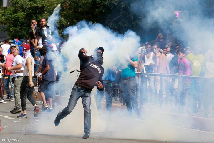 Kormányellenes tüntetők és rohamrendőrök összecsapása Caracasban 2019. január 23-án