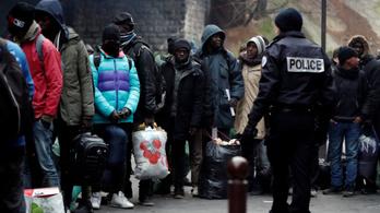 Felszámoltak egy 300 fős párizsi menekülttábort
