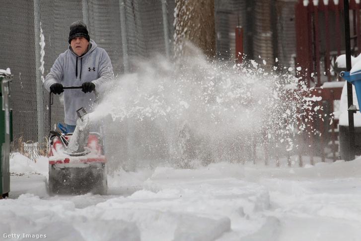 Chicago-i helyi lakos takarítja a havat 2019. január 19-én