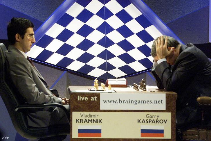 Kramnik és Kasparov világbajnoki játszmája 2000. október 31-én