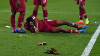 Szandáldobálással alázták meg a katari futballistákat
