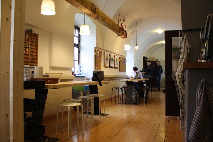 Door Office, Szeged. A berendezés nem egy képzeletbeli kolostorét imitálja. Ez egy valódi kolostor berendezése