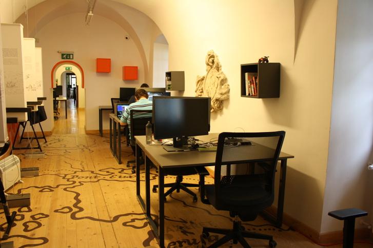Van néhány dizájnelem is a szegedi kolostor közösségi irodájában, de persze nem ezek miatt különleges a hely