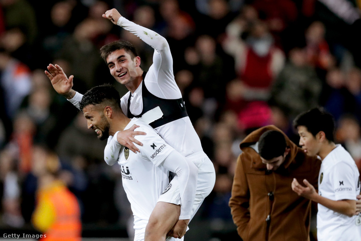 Ezequiel Garay és Ferrran Torres, a Valencia játékosai ünneplik győzelmüket 2019. január 29-én