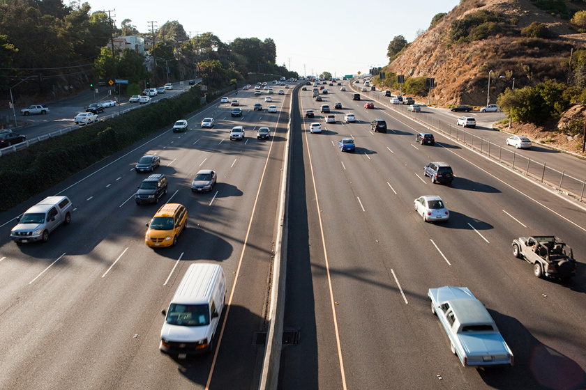 Ezért nem húzódnak le sokan a külső sávba a közlekedéspszichológus szerint