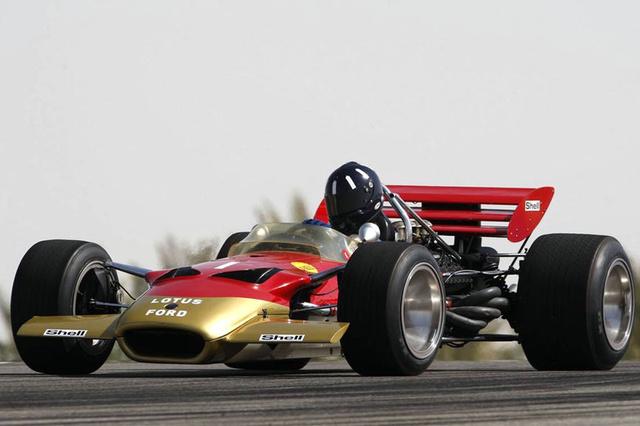 Lotus 49C 1970-ből. Háromsoros hátsó szárny és a jellegzetes sisak elárulja, hogy személyes nagy kedvencem, Graham Hill ül a volán mögött. Colin Chapman zsneiális konstrukciója olyan jól sikerült, hogy négy évig képes volt a csúcson tartani a Lotust, Hill világbajnok lett vele, bár tény, hogy a hátsó felfüggesztéshez támasztott magas szárnyat betiltották. Hill, a talpig úriember bajuszkirály kétszeres világbajnok, fia Damon Hill 96-ban lett az, emlékezetes versenye az 1997-es Magyar Nagydíj, ahol a totálisan esélytelen Arrows-szal úgy Schumachert, mint Vileneuve-öt megelőzve magasan vezetett, míg az utolsó körben hidraulika-problémák miatt visszaesett a második helyre. Mai napig aktív, elévülhetetlen érdeme, hogy a British Racing Drivers' Club elnökeként kőkeményen harcolt azért, hogy a Brit Nagydíj visszatérjen Silverstone-ba. Remek zenész, George Harrisonnal közös zenekarban is játszott és a mai napig aktív autó- és motorversenyző. Fia Josh szintén versenyzik.