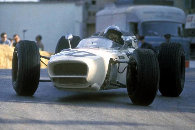 Richie Ginther a Honda egy futamon használt orrkiképzésű RA272-jében. (1965) A japánok csupán egy évvel korábban léptek be a Forma-1-be teljesen egyedi konstrukcióval. Az RA271-es utódja volt ez a 272-es. Motorja nem egész ezerötszáz köbcentiméteres, V12-es, melyet keresztben építettek be. 13 ezres fordulatszámon adta le csúcsteljesítményét (230 lóerő), 14 ezerig volt forgatható. Döbbenetes gázreakciójának köszönhetően remekül rajtolt és Richie Ginther 65-ben rajt-cél győzelmet aratott a Mexikói Nagydíjon. Ez volt a Honda első Forma-1-es győzelme.