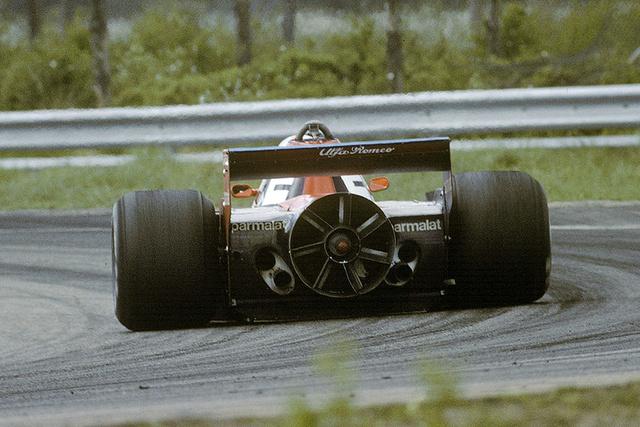 Niki Lauda és a Brabham-Alfa BT46B (1978). A Brabham BT46 (még nem B) 1978-ban debütált a Forma-1-ben. Tervezője a ma már legendás Gordon Murray volt, csillaga épp emelkedőben. Nem akárkinek építette, hanem a régi Forma-1-et kedvelők körében közutálatnak örvendő Bernie Ecclestone-nak, a Brabham istálló akkori tulajdonosának.                         A konstrukció több meglepetést és ujítást is magába foglalt: a leginkább fura a hűtők kialakítása volt volt az addig megszokott és azóta is használt olaj és folyadékhűtők helyett lapos, vízszintes hűtőket használtak. Az ötlet jó lett volna, hiszen Murray célja a minél alacsonyabb, jobb tapadású versenygép volt, viszont a rendszer nem működött tökéletesen, így                         az első versenyre át is alakították és az autó első légterelőjébe (!) hagyományosnak mondható hűtőket szereltek.                         A második furcsaság a 180 fokos hengerszögű (nem boxer!) 12 hengeres Alfa Romeo motor volt, aminek beépítése jellegzetes külsőt kölcsönzött az autónak. A hátulja szinte teljesen lapos volt, minek következtében több levegő
