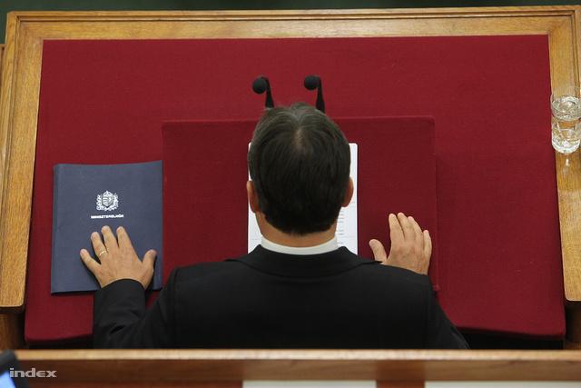 Orbán Viktor a Parlamentben, háttal a közönségnek