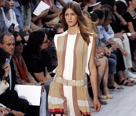 Egy példa a Chloe 2012. tavasz-nyári divatbemutatójáról a csípőre helyezett öv divatosságáról