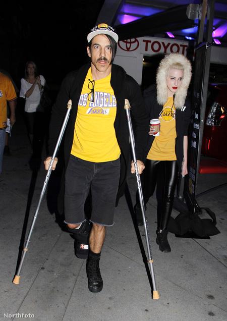 Anthony Kiedis mankóval érkezik a Los Angeles Lakes vs Memphis Grizzlies kosárlabdameccsre Los Angelesben