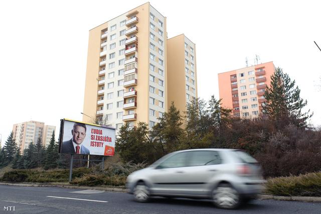 A SMER párt választási plakátja Ficoval.  Felirata: Az emberek biztonságot érdemelnek