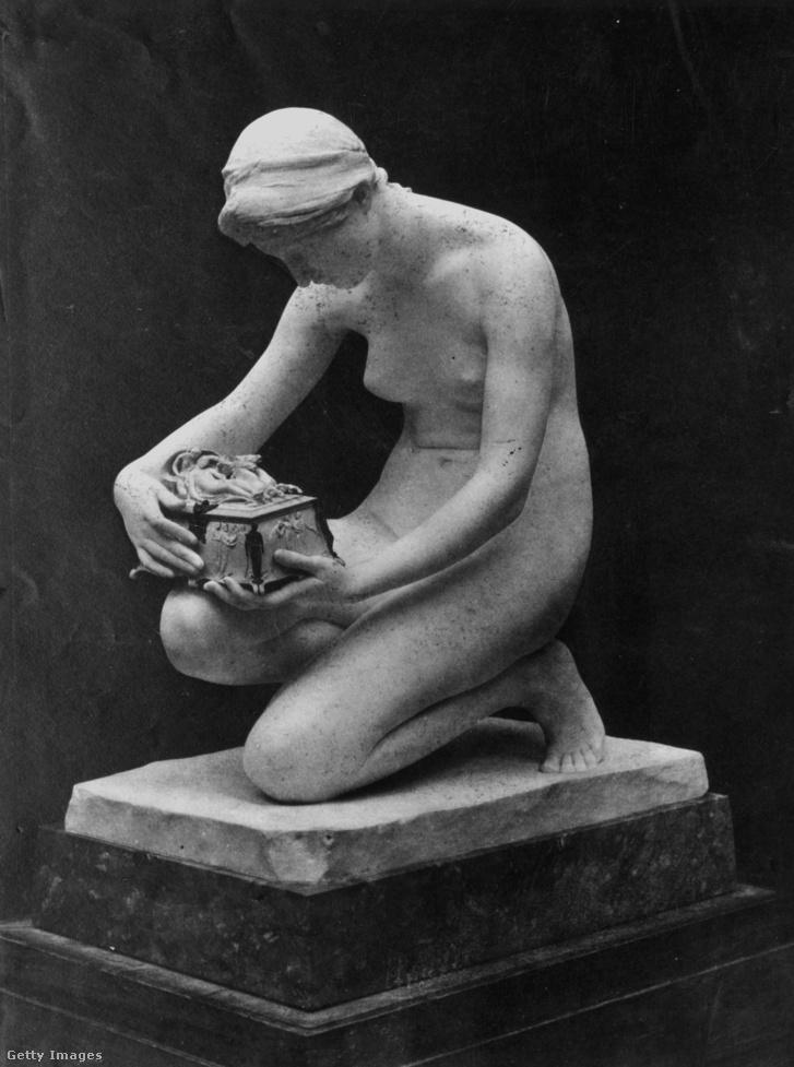 Pandóra ábrázolása egy századeleji szobron