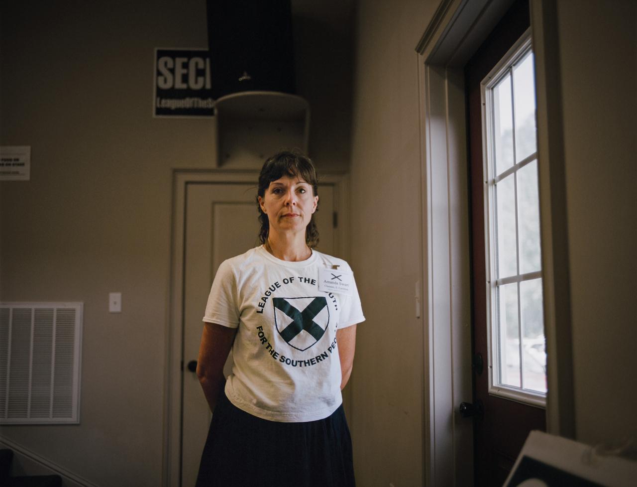Amanda egy olyan neo-konföderációs szervezet vezetőségének tagja, mely nyíltan sürgeti a déli államok elszakadását, és tagjai szitne mind támogatják a rabszolgaság visszaálítását. Glenna Gordon részt is vett a Déli Liga egyik taggyűlésén, míg egy idő után minden indok nélkül ki nem dobták.