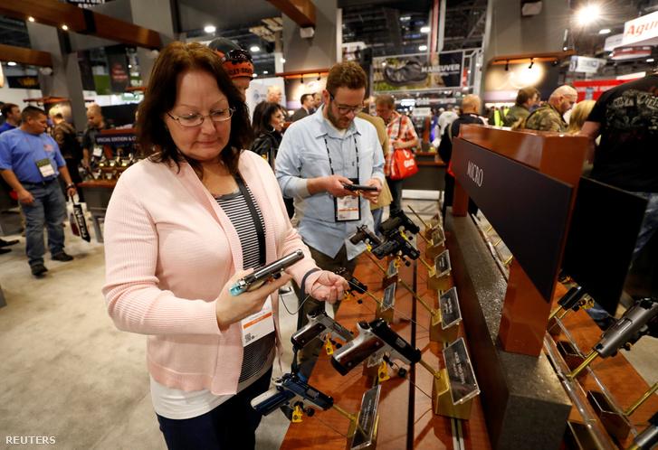 Hölgy néz egy félautomata Kimber Micro Bel Air, a .380 ACP fegyvert, a SHOT (Shooting, Hunting, Outdoor Trade) kiállításon, Las Vegas-ban 2019. január 25-én