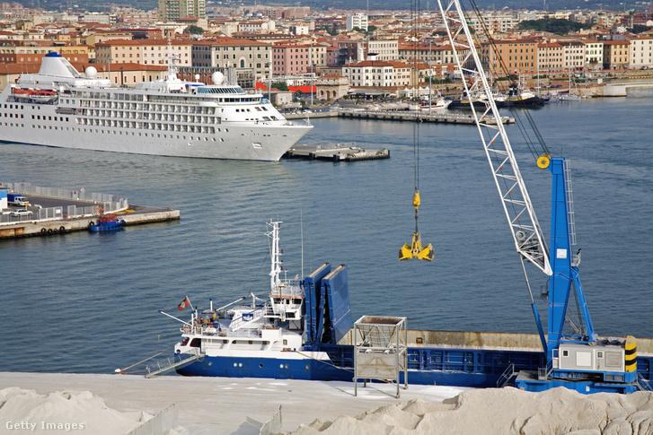 Teherhajó Livorno kikötőjében