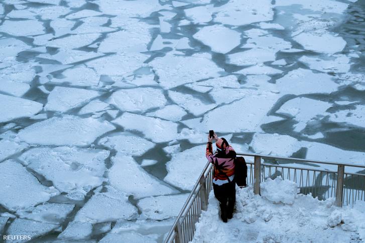 A fagyos Chicago folyó az északi-sarki állandó ciklonnak (polar vortex) köszönhető extrém hidegben 2019. január 30-án