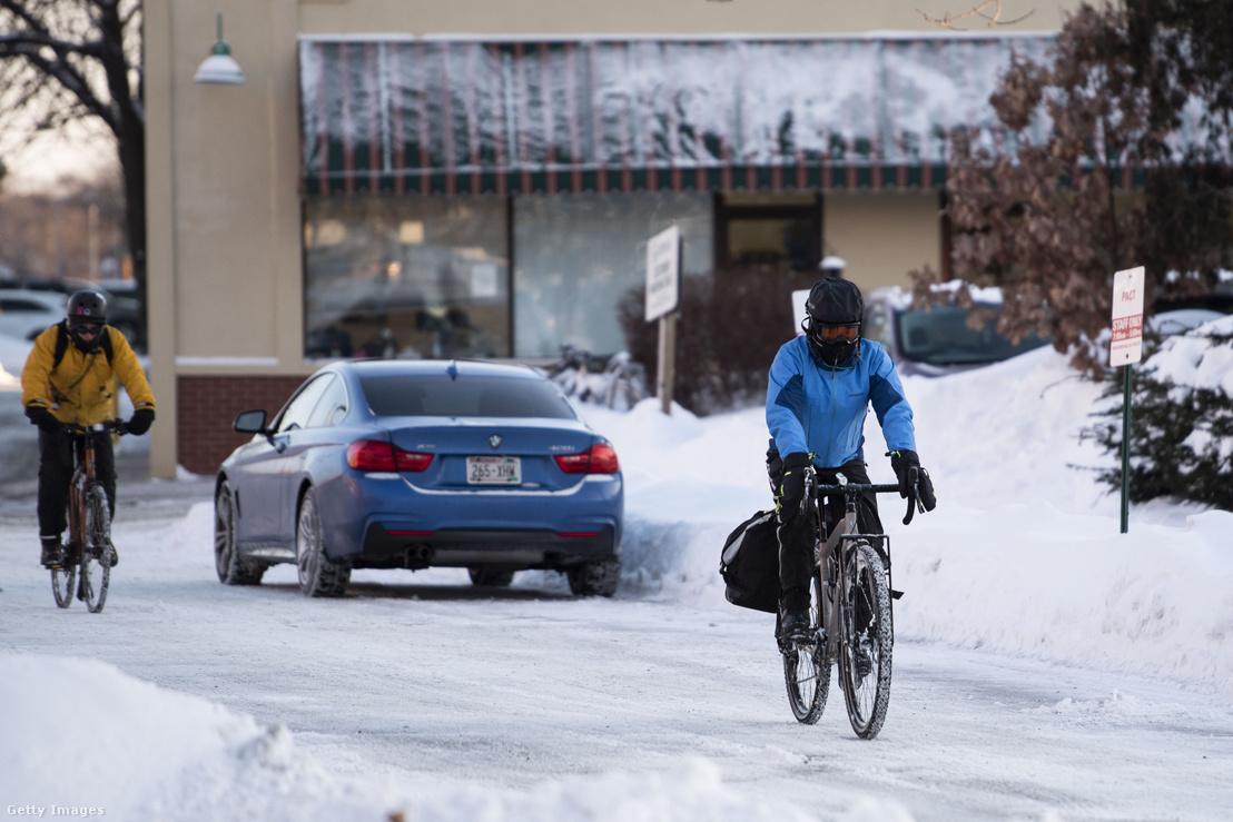 Biciklisták az extrém hidegben Madison, Wisconsin-ban 2019. január 29-én