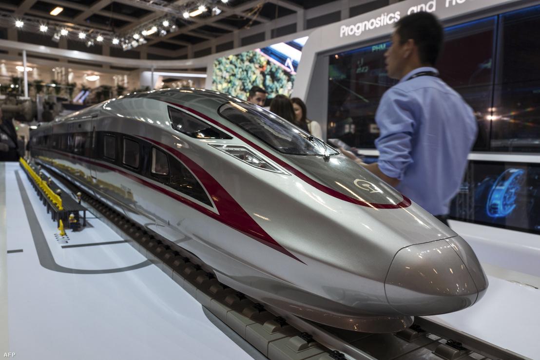 A CRRC Fuxing nevű vonatjának modellje a berlini Innotrans kiállításon 2018. szeptember 19-én